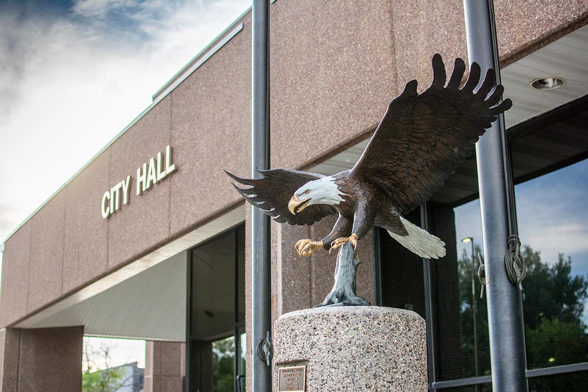 An eagle statue outside of City Hall.